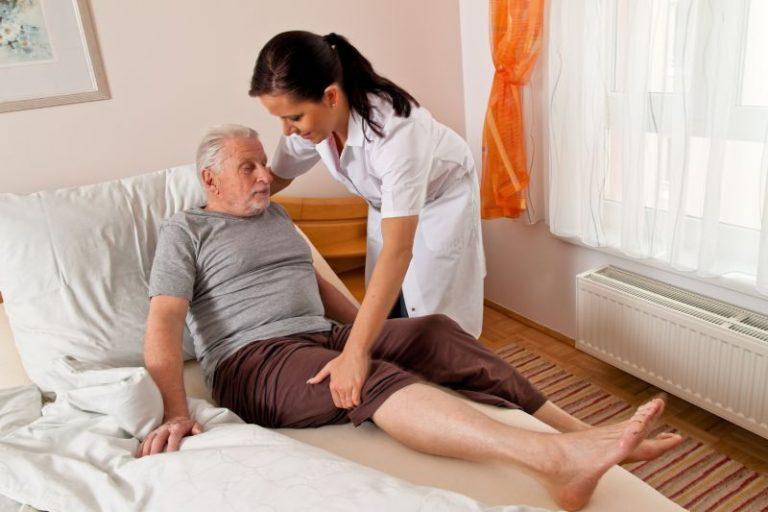Hilfe durch die Daheimhelfer24 von Körperpflege (hier Aufstehen aus dem Bett) bis zum Einkauf